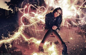 sparkler-firework-light-painting-long-exposure-portrait-girl
